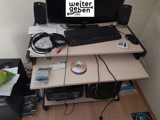 Nahe Wiesbaden wird dieser rollbarer höhenverstellbarer Schreibtisch gespendet
