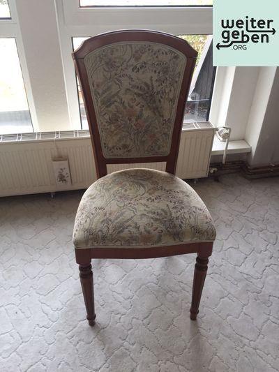 Kombination: 7 Stühle, Eckcouch + Sessel werden in Eichwalde gespendet