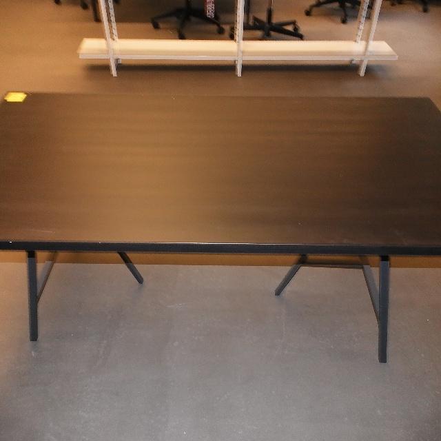 25x werden von IKEA-Tischplatten mit passenden Böcken in Berlin-Mitte abgegeben
