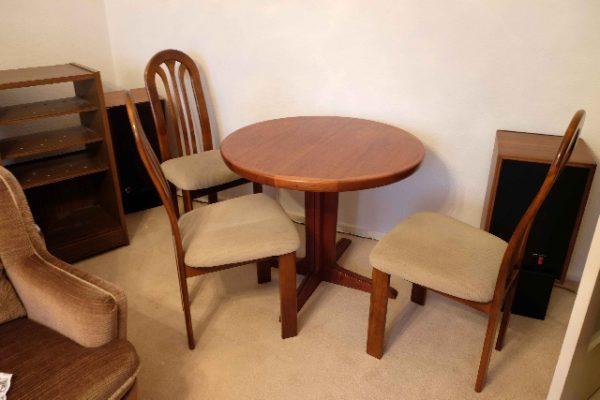Wohnungsauflösung Berlin - Tisch und Stühle