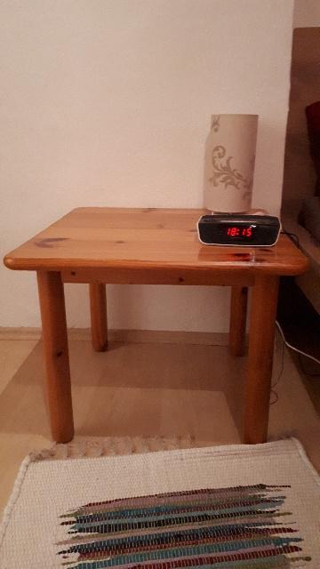 gespendet wird in Augsburg ein kleiner massiver Holztisch