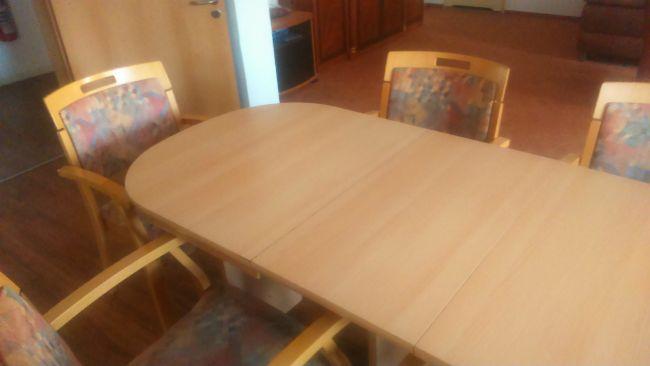 ausziehbarer Holztisch in Berlin abzugeben
