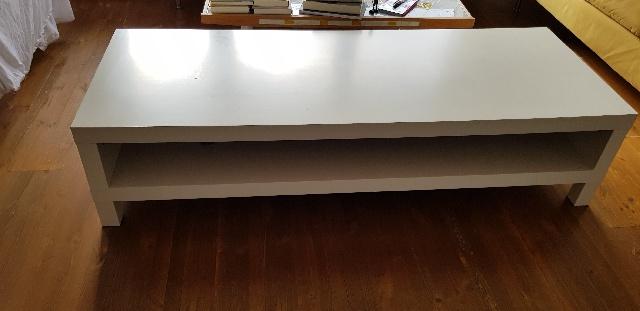 gespendet wird dieses kleine weiße Ikea Tischchen in Neukölln Berlin