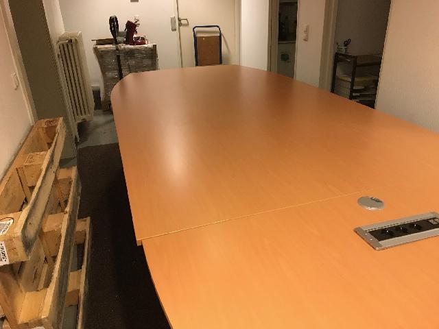 Konferenztisch des Herstellers WINI in Birnbaumdekor. Die Maße sind gigantische 3,91 m x 1,60 m. Er besteht aus 5 Elementen – 3 Tischplatten und 2 Fußgestelle