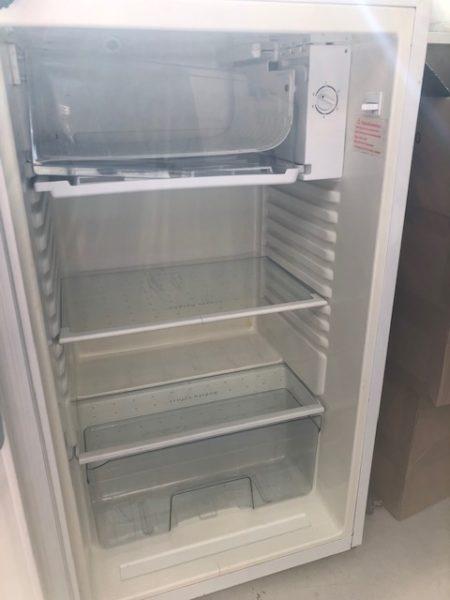 Kühlschrank wird in Friedrichshain-Kreuzberg gespendet