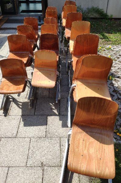 über 80 Schulstühle werden in Ramersdorf-Perlach München gespendet A190093