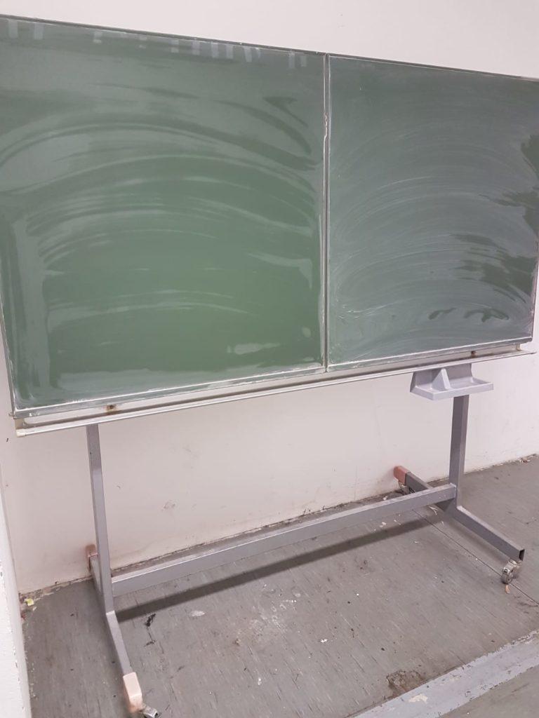 große, rollbare und ausklappbare Schultafel wird in Berlin-Mitte gespendet