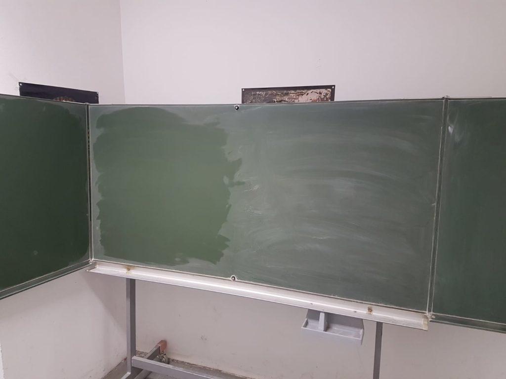 große, rollbare und ausklappbare Schultafel wird in Berlin gespendet