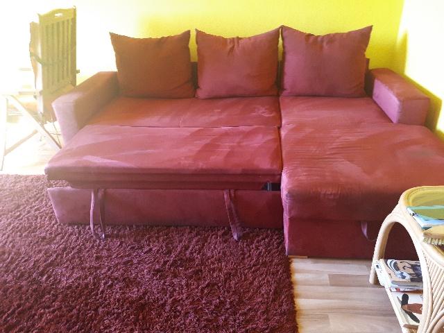 eine ausziehbare Couch wird in Treptow-Köpenick Berlin gespendet