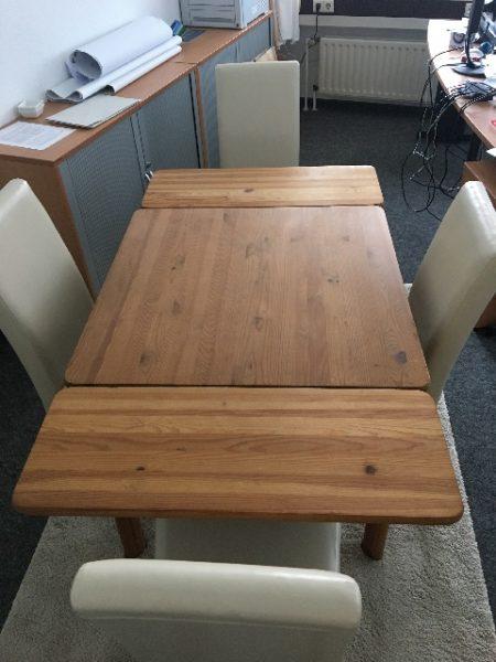 gespendet wird ein ausziehbarer Massivholz Tisch A1900427