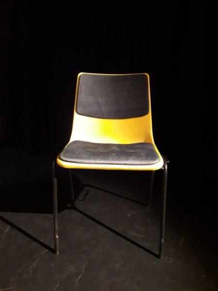 gespendet werden 63x gepolsterte, stapelbare Stühle in Berlin