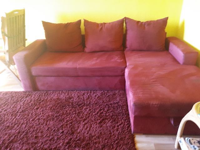 gespendet wird eine rötliche Couch in Treptow-Köpenick
