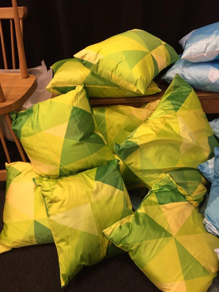 viele Deko-Kissen in den Farben Gelb, Blau und Grün werden in Berlin verschenkt