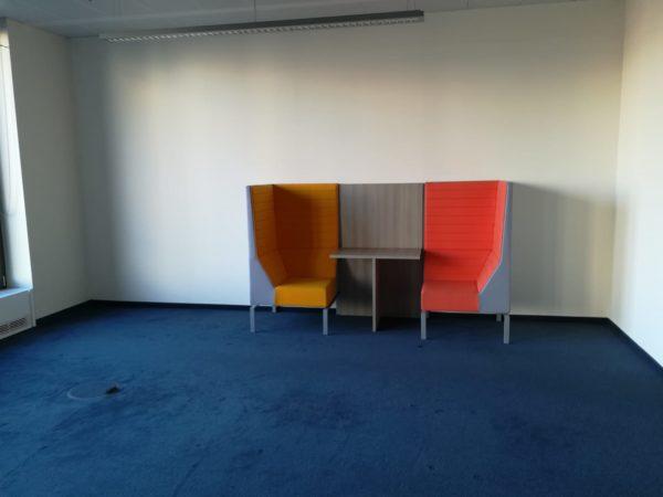 2x Designer-Zweier-Sitz-mit-Tisch werden in Berlin-Mitte gespendet