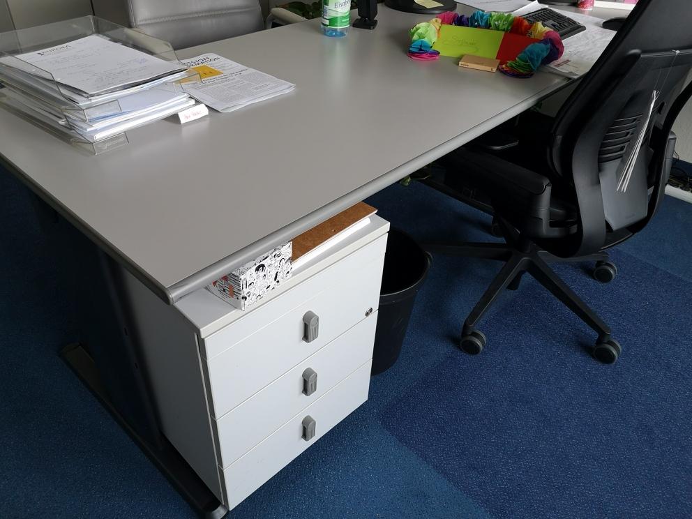 Schreibtische und Rollcontainer nähe Frankfurt zu verschenken