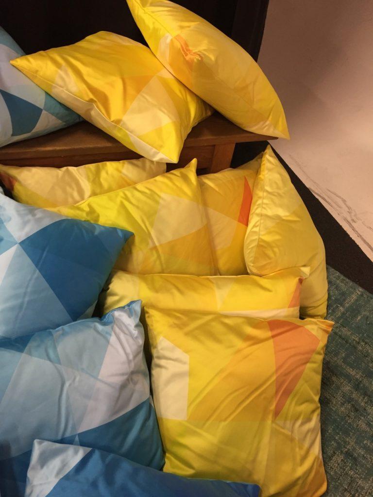 Spende: viele Deko-Kissen in den Farben Gelb, Blau und Grün in Berlin