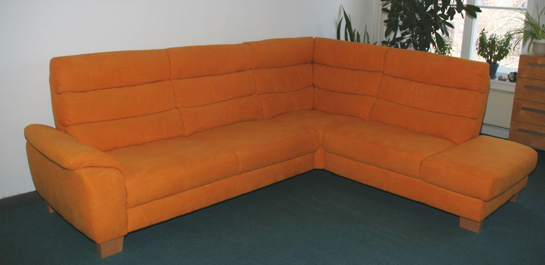 oranges Ecksofa wird in Berlin Pankow gespendet
