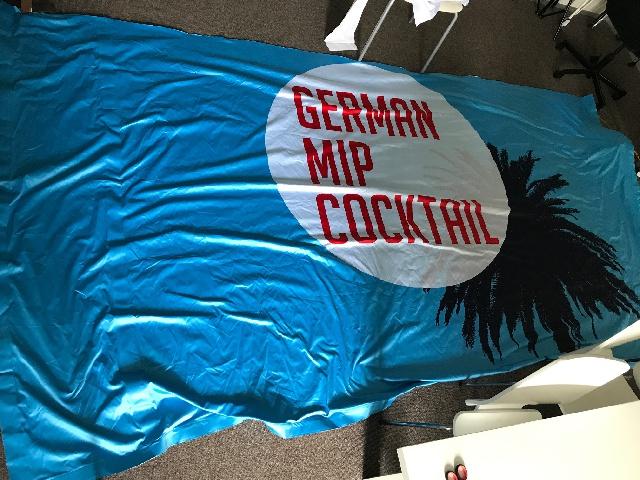 Stoff zu verschenken: German MIP Cocktail Farbe: blau, weiß, rot H: 196 cm B: 363 cm