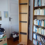 hohes Holzregal nutzbar für Bücher, CDs o. DVDs