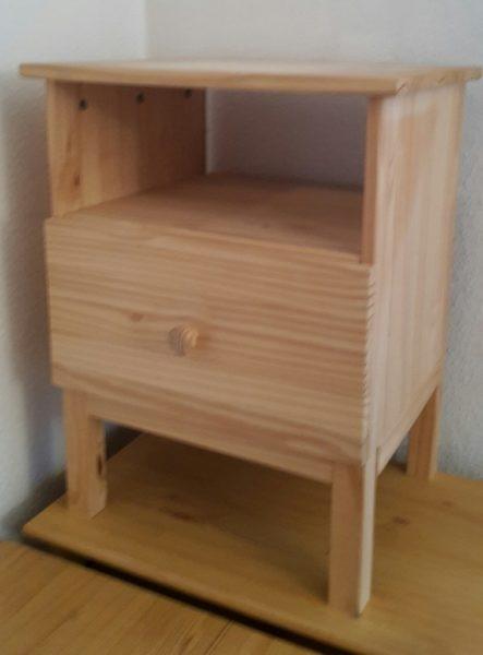 einfaches Beistelltischchen aus Holz