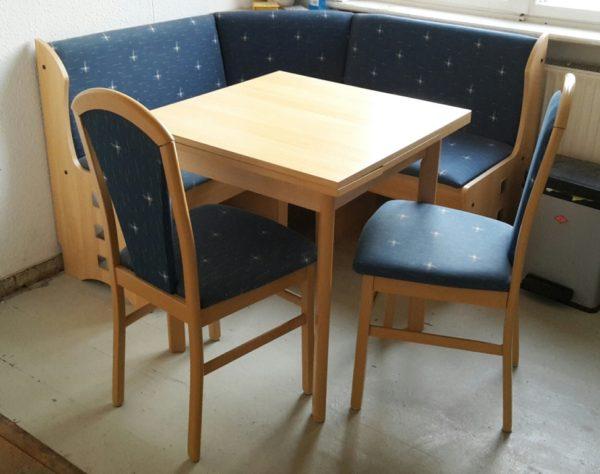Küchenmöbel: platzsparender Holztisch, Eckbank + 2 passende Stühle