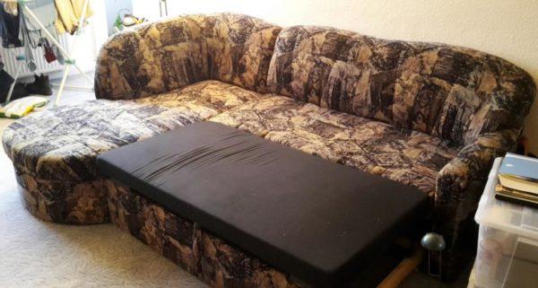 zu sehen: Sofa ausgezogen als Schlafmöglichkeit