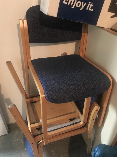 stabile Holzstühle mit blauem Stoffbezug in Hannover