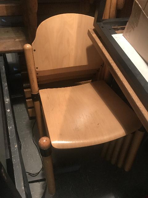 stabile Holzstühle werden in Hannover gespendet