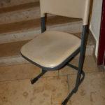 zu verschenken: stapelbare Kinderstühle mit deutlichen Gebrauchsspuren im Allgäu