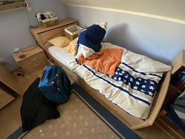 Spende: Bett mit Nachttisch