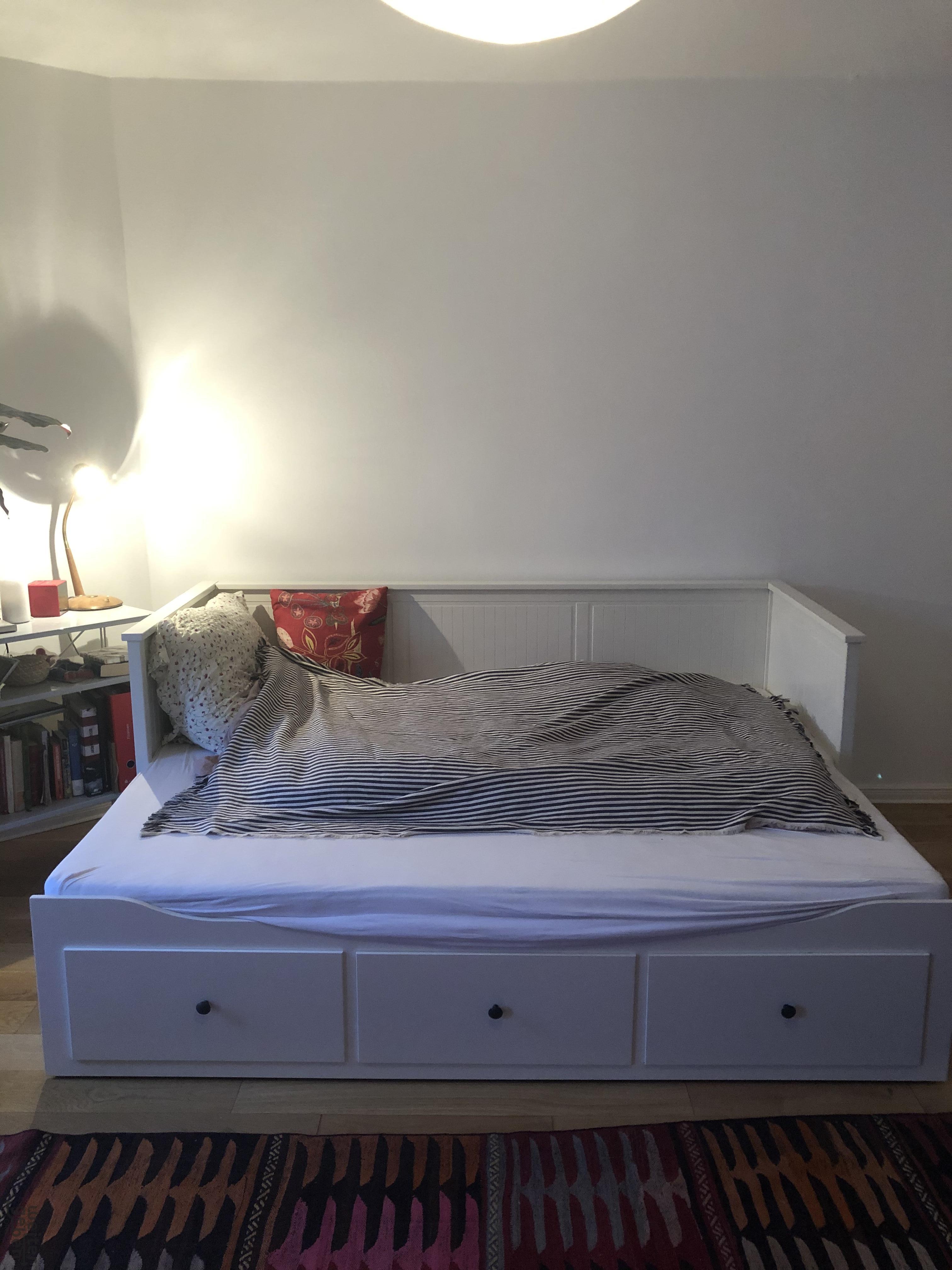 schönes Bett wird in Berlin Neukölln gespendet