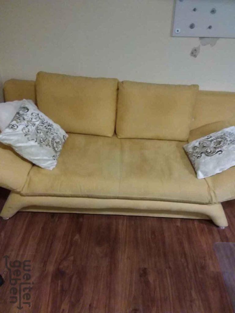 zu sehen: asiatisch anmutendes Sofa in hellem dottergelb
