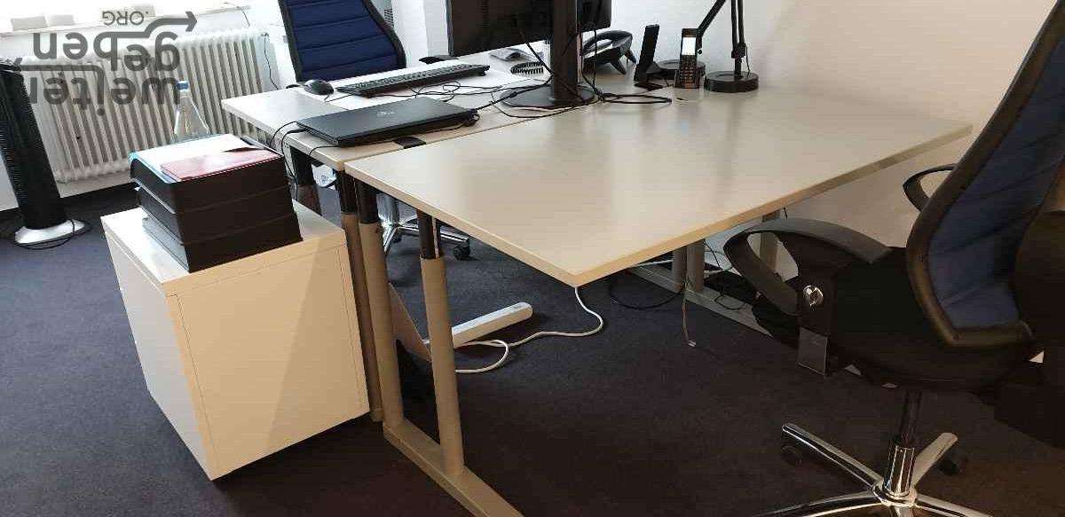 zu sehen: robuster, rechteckiger heller Tisch