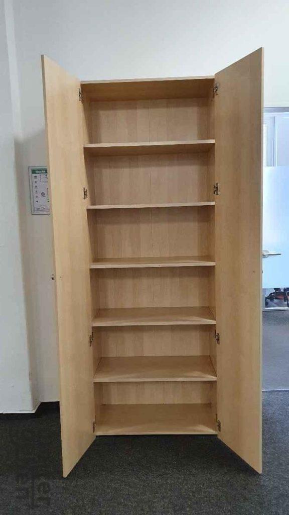 zu sehen: hohe, schmale Holzschränke / Aktenschränke mit 6 Ebenen, obere zwei Fächer sind offen