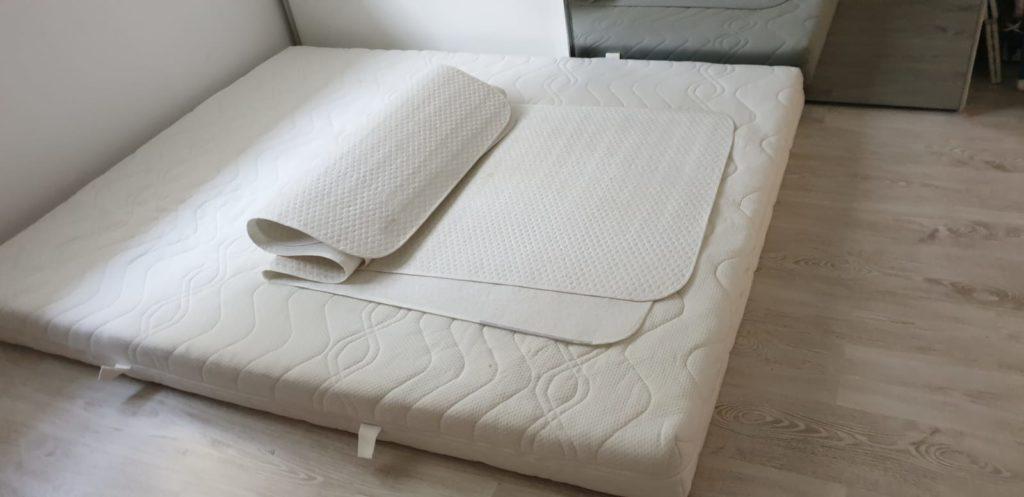 zu sehen: große Matratze für 2 Personen mit zwei Schonauflagen