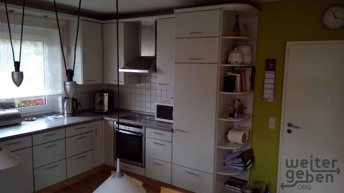 zu sehen: sehr viele, schlichte, helle Küchenmöbel