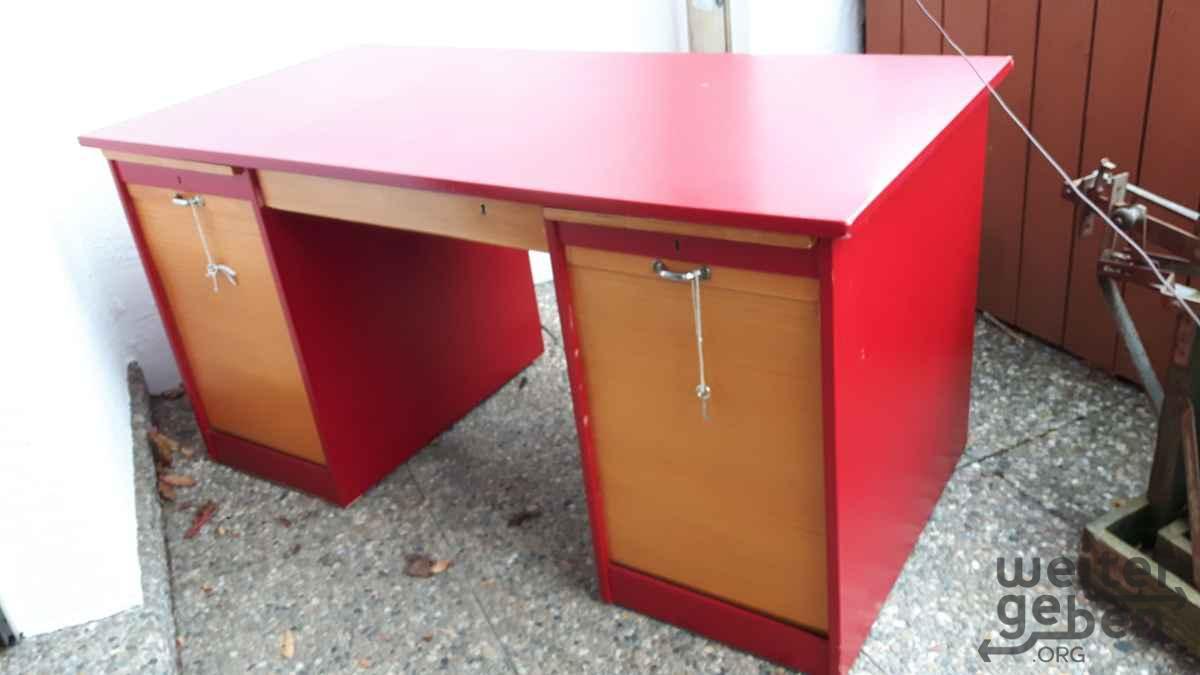 zu sehen: leuchtend roter Holzschreibtisch