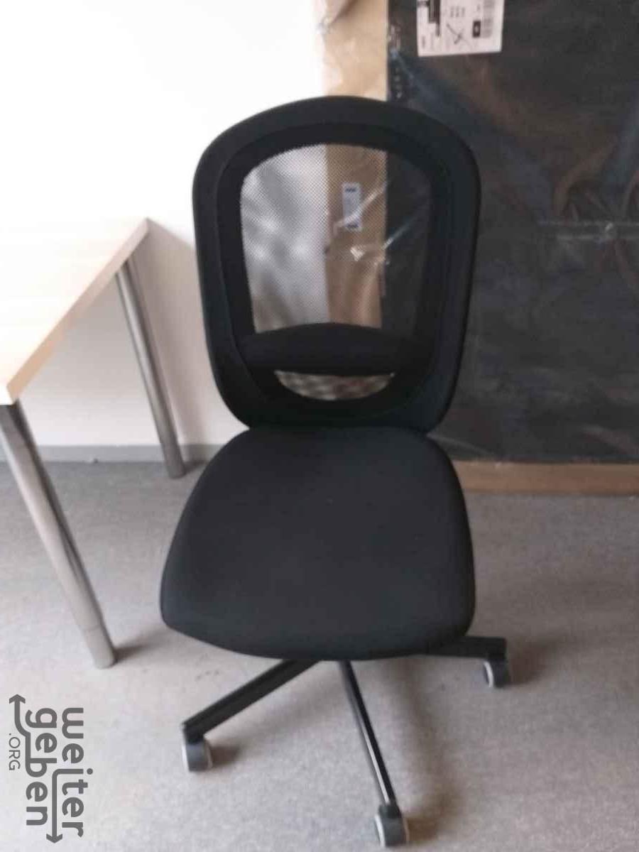 zu sehen: einfacher Bürostuhl mit 5 Beinen auf Rollen, ohne Armstützen