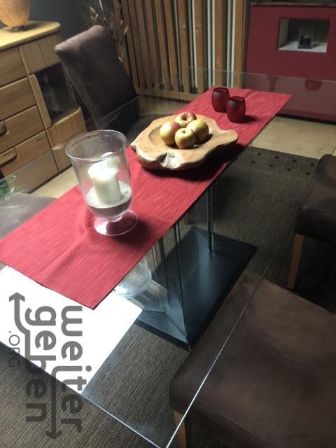 zu sehen: Glasesstisch mit roter Tischdecke