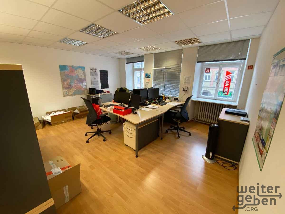 zu sehen: Büroraum mit 3 Arbeitsplätzen, EDV-Arbeitsplätzen, Stühlen usw.