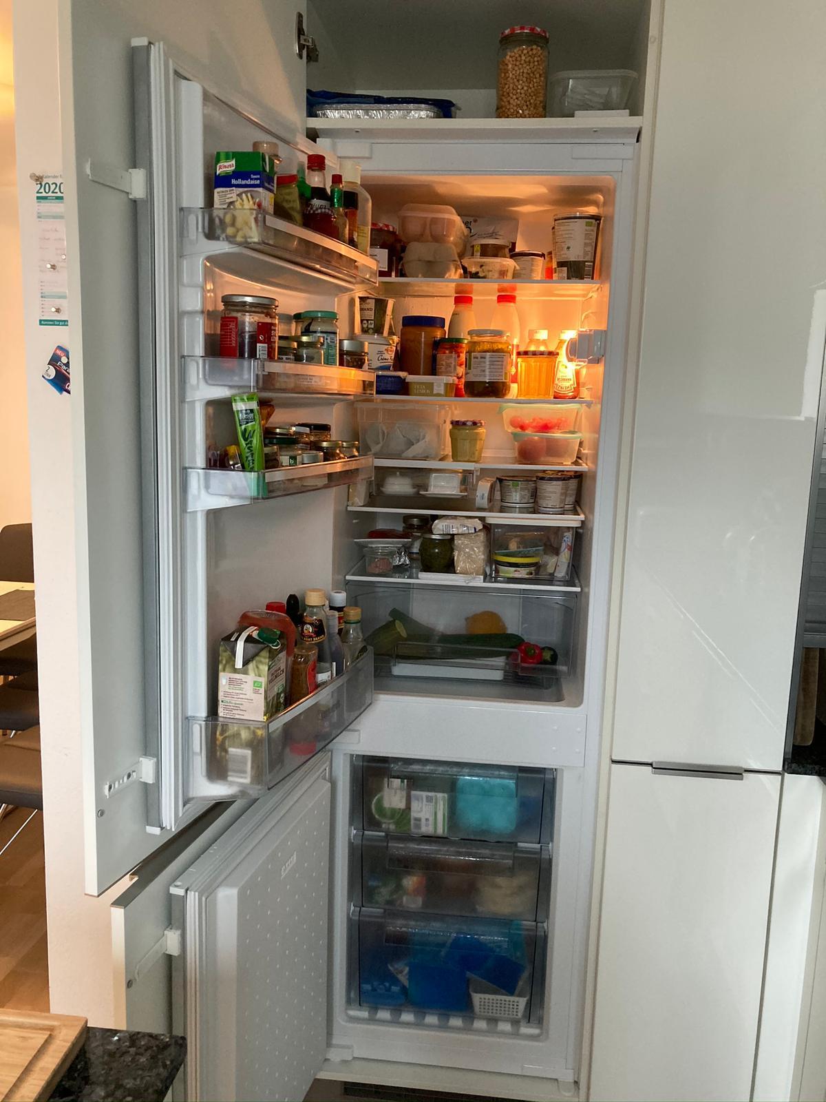 zu sehen: hohe Kombi aus Gefrierbereich und Kühlschrank (oben)