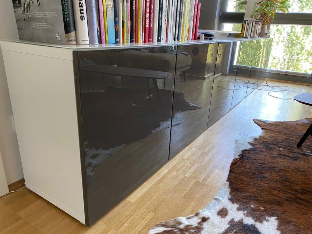 zu sehen: zweitüriges, niedriges Regal mit Lackfläche und Glasplatte, insgesamt 6 Fächer