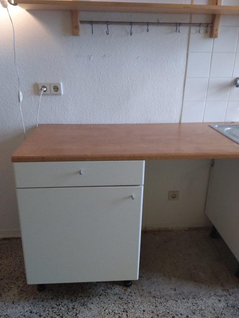 zu sehen: einfache, gebrauchte Küchenzeile