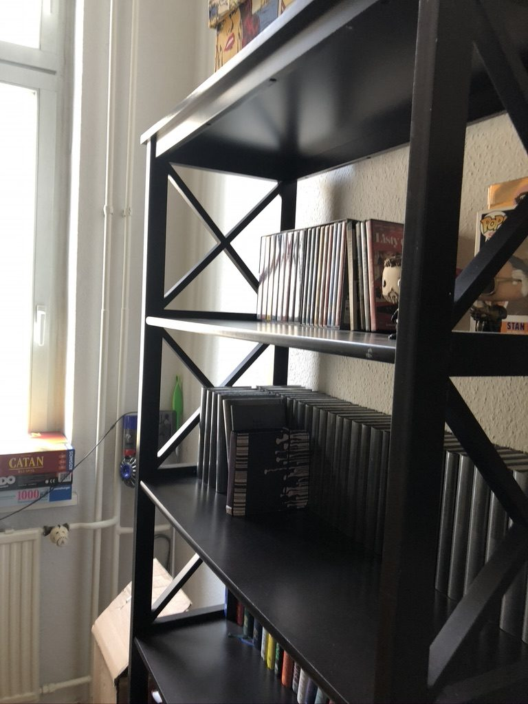 zu sehen: unten zwei massive Holz-Schubläden, und mehrere offene Bereiche z.B.  für Bücher
