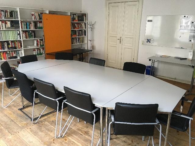 ein aus 4 Tischen zusammengefügter Konferenztisch