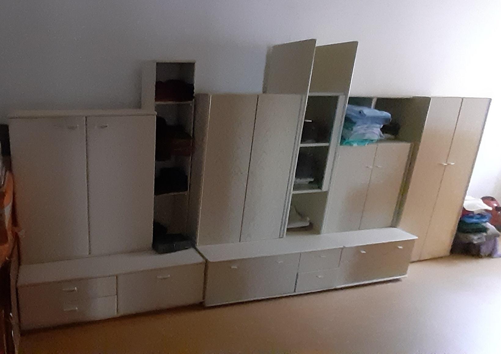 zu sehen: helle Wohnzimmerschränke
