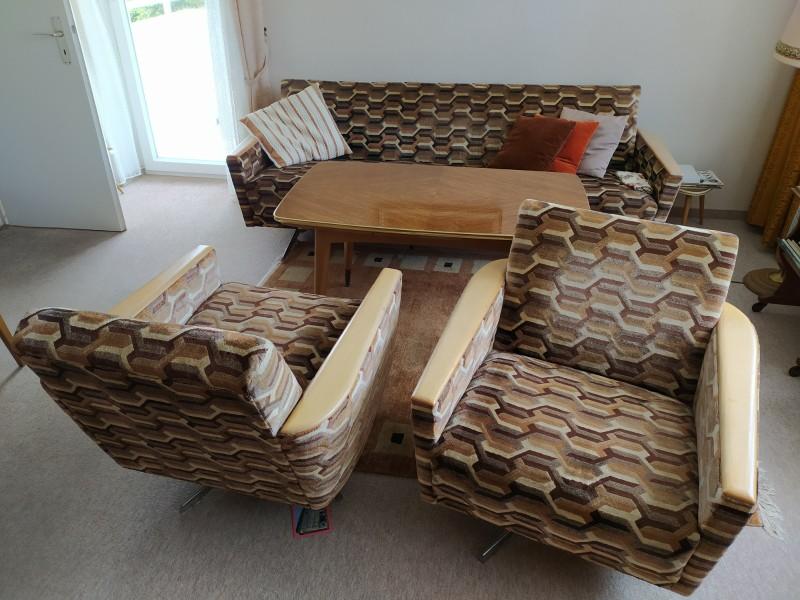zu sehen: ein retro sofa, 2 Sessel und ein Holztisch im Wohnzimmer