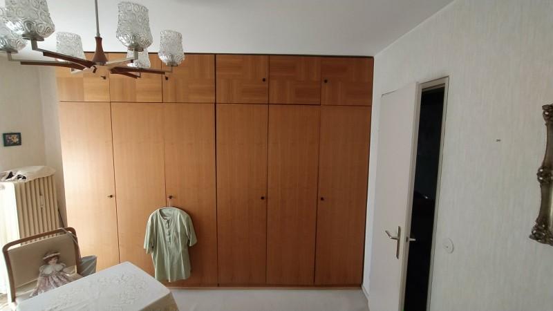 zu sehen: ein 5türiger einfacher Holzkleiderschrank