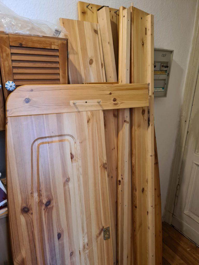 zu sehen: demontiertes Holzbett massiv
