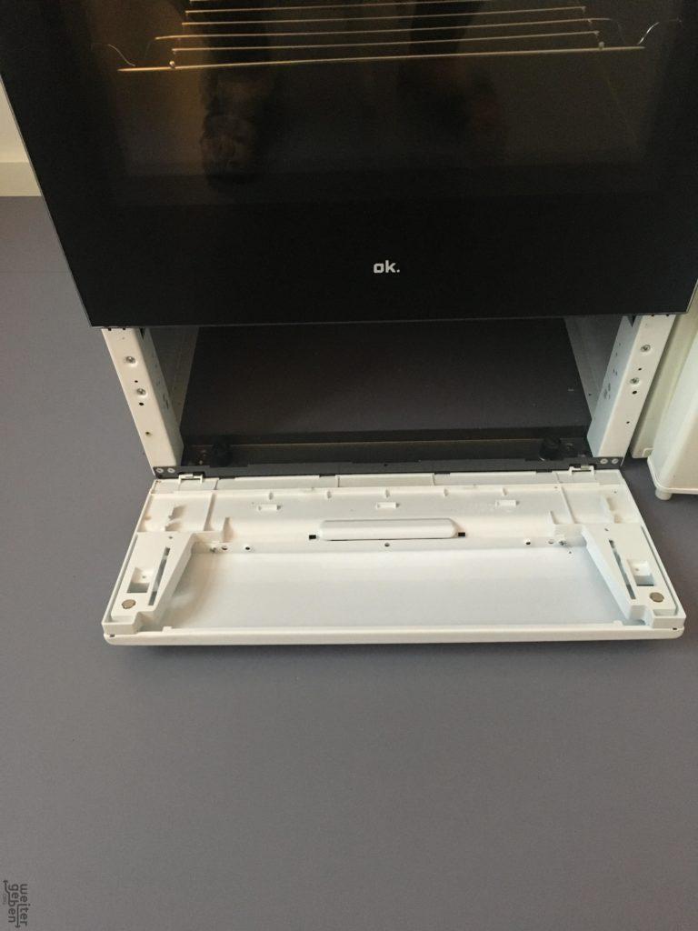 zu sehen: weißer elektroherd mit 4 Kochplatten und darunter Herd